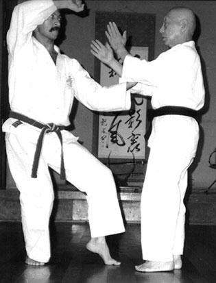 1986. Sensei Spinato en clase con el fundador del Japan Karate-do Itosu Kai, Ryusho Sakagami.